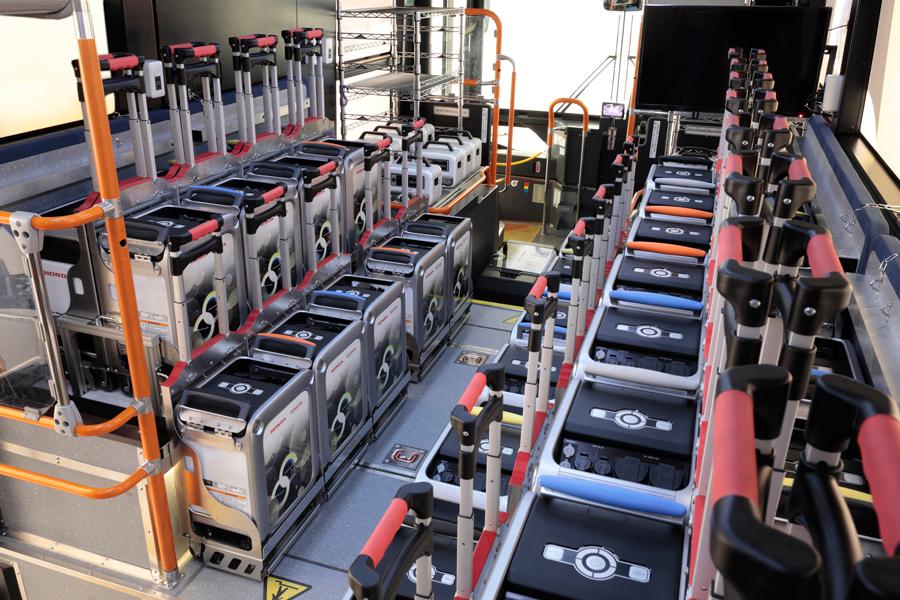 トヨタ|ホンダ|燃料電池バス|災害時の給電|Moving e(ムービングイー)|機材を積載した車内(後方から)