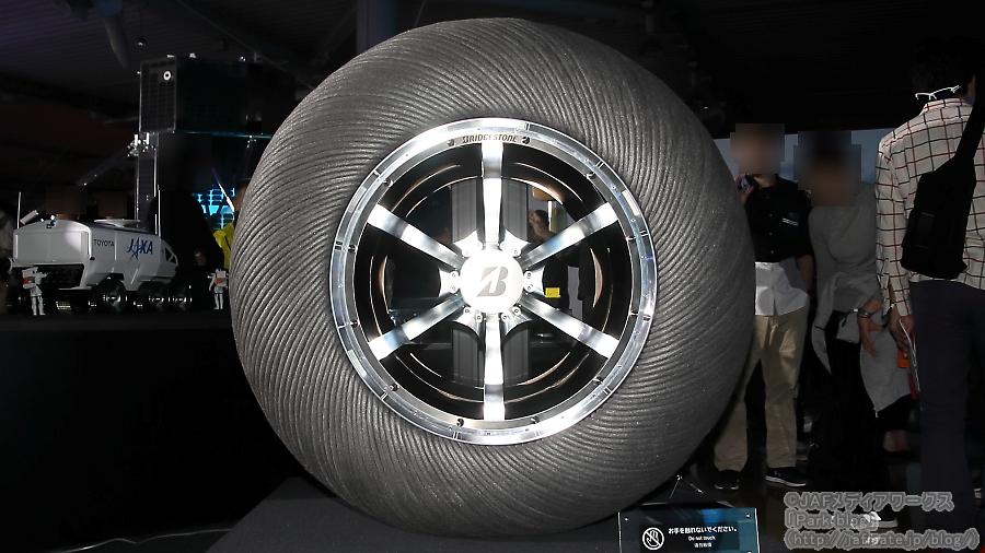 ブリヂストンの協力を得て製作された、原寸大のJAXA×トヨタ「ルナ・クルーザー」用の試作タイヤ。東京モーターショー2019にて撮影。