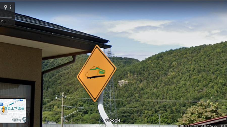 山形新幹線にある踏切ありの警戒標識