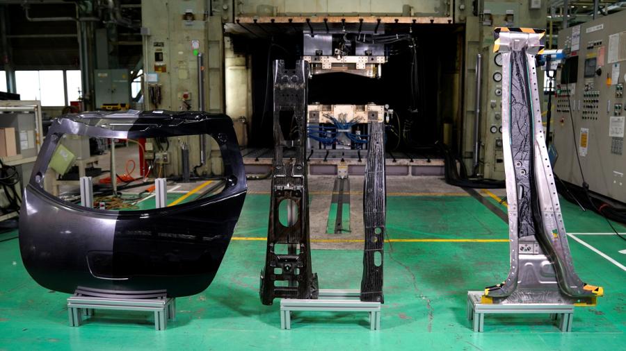 日産のCFRP部品量産化のための新技術で生産されたパーツ。