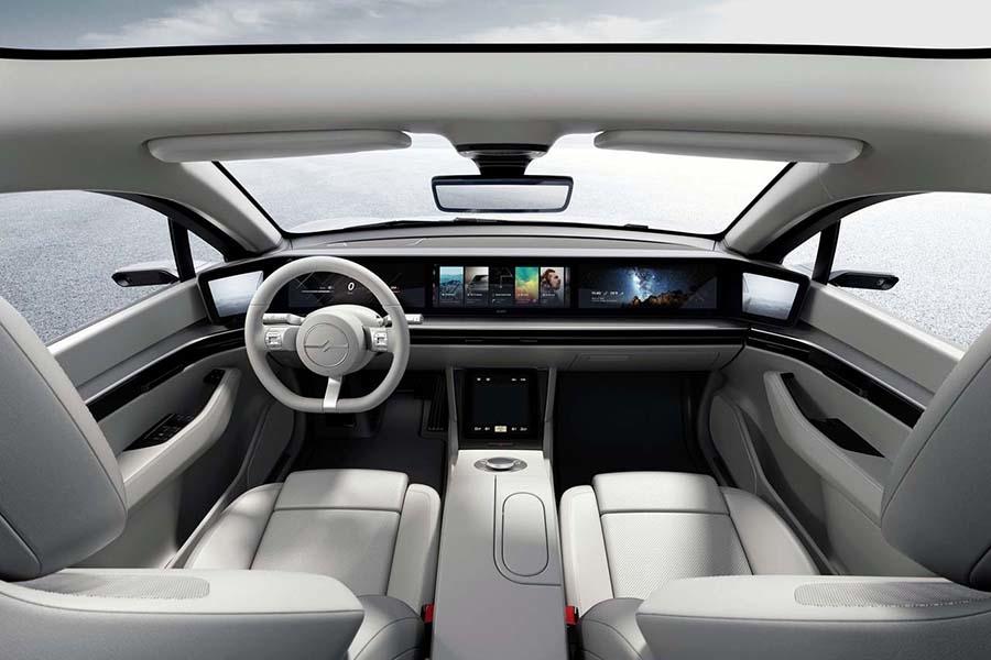 多彩なエンタテイメント機能が展開されるVISION-Sの車内(写真提供:ソニー)