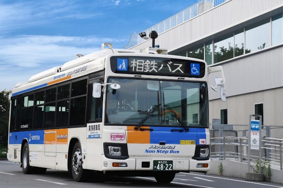 2019年に運行されたときの自動運転バスの外観。2020仕様に比べて、遠隔監視・操作のためのカメラなどが設置されていない。横浜市プレスリリースより。