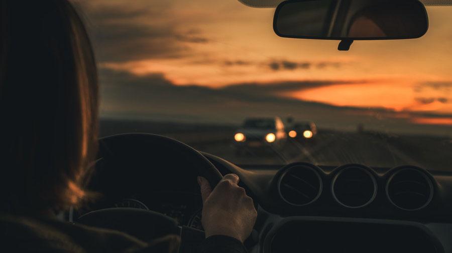 秋の夕暮れ時は交通事故件数が増加する傾向にある。