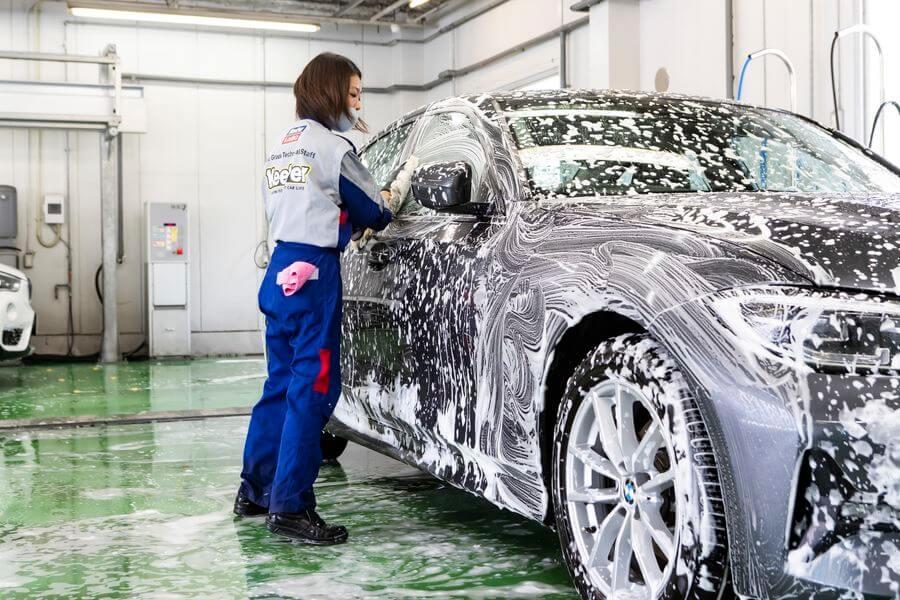 (2)シミの原因になるミネラル分などを除去した純⽔で洗浄すると、塗装表面の汚れを落としながら、表面に残ったワックスやコーティング部を除去する脱脂作業へ。 KeePer くるくら