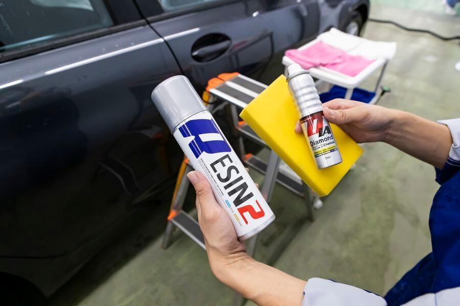 クリスタルキーパーで使われる2種類のコーティング剤(左:レジンコーティング剤、右:ガラスコーティング剤) KeePer くるくら