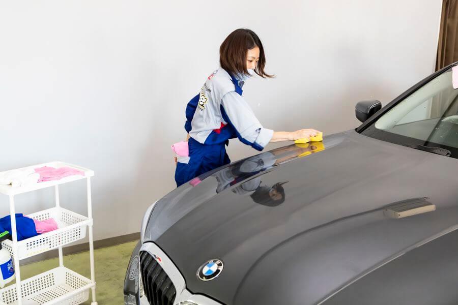 (3)いよいよクリスタルキーパー施工作業へ。まずはガラスコーティング剤を塗布し、その後レジンコーティング剤をボディーに塗り込む。 KeePer くるくら