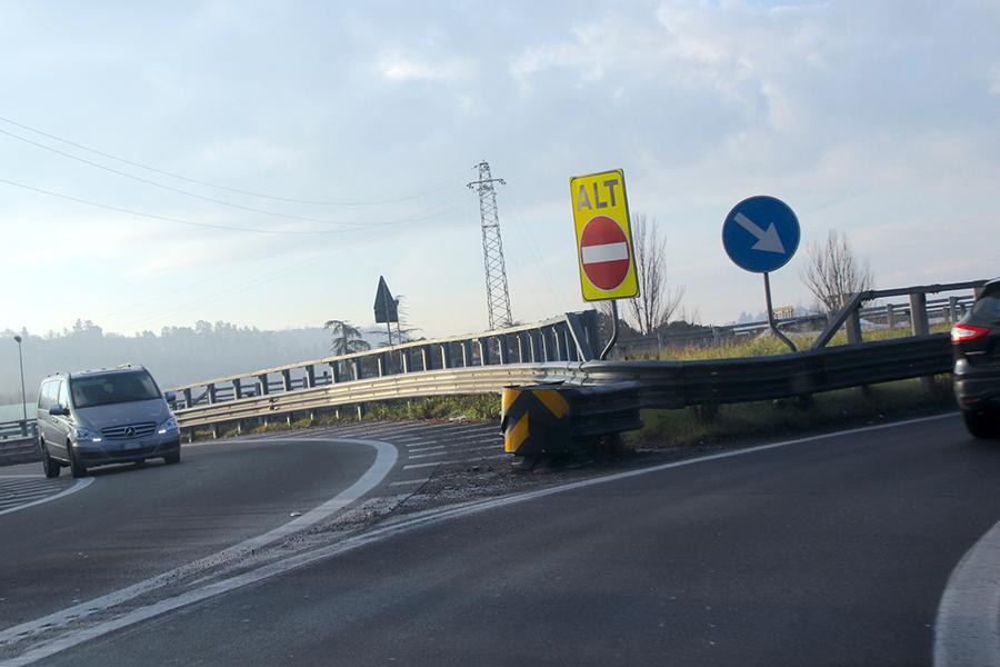 高速道路のサービスエリアにも、逆走を防止するための標識が近年増設されてきた。
