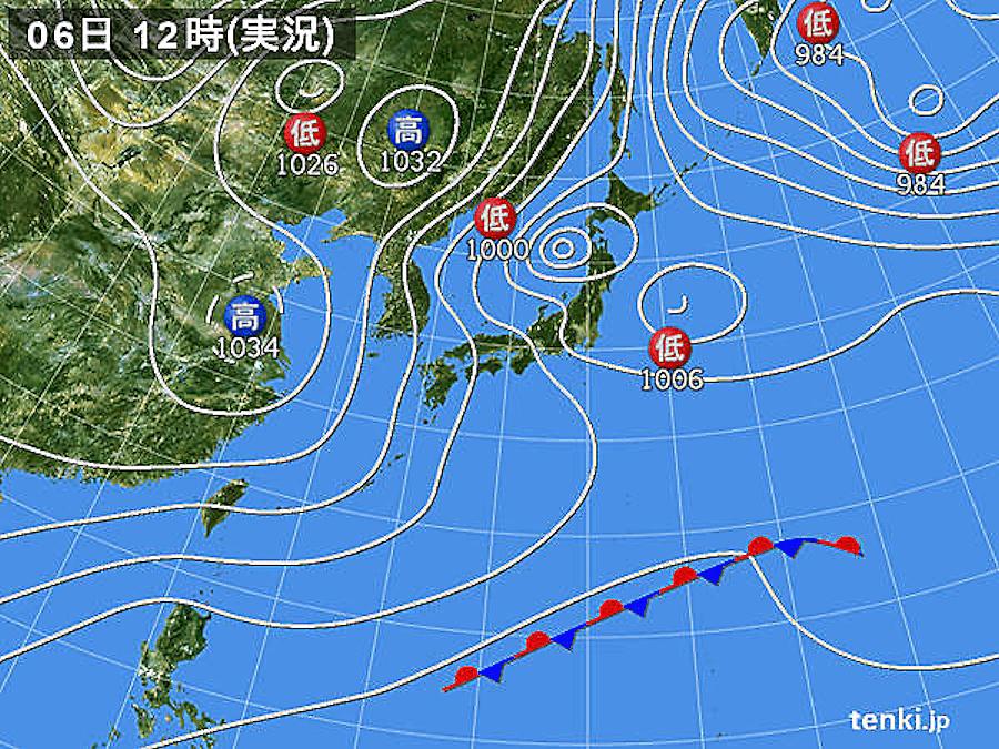 画像2。2018年2月6日12時の実況天気図 。東日本より西で冬型の気圧配置が強い。2017-18年はラニーニャ現象が発生した。特に、2018年2月5日~8日は北陸地方を中心に記録的な大雪となり、福井市では7日に147cmの積雪を記録した。