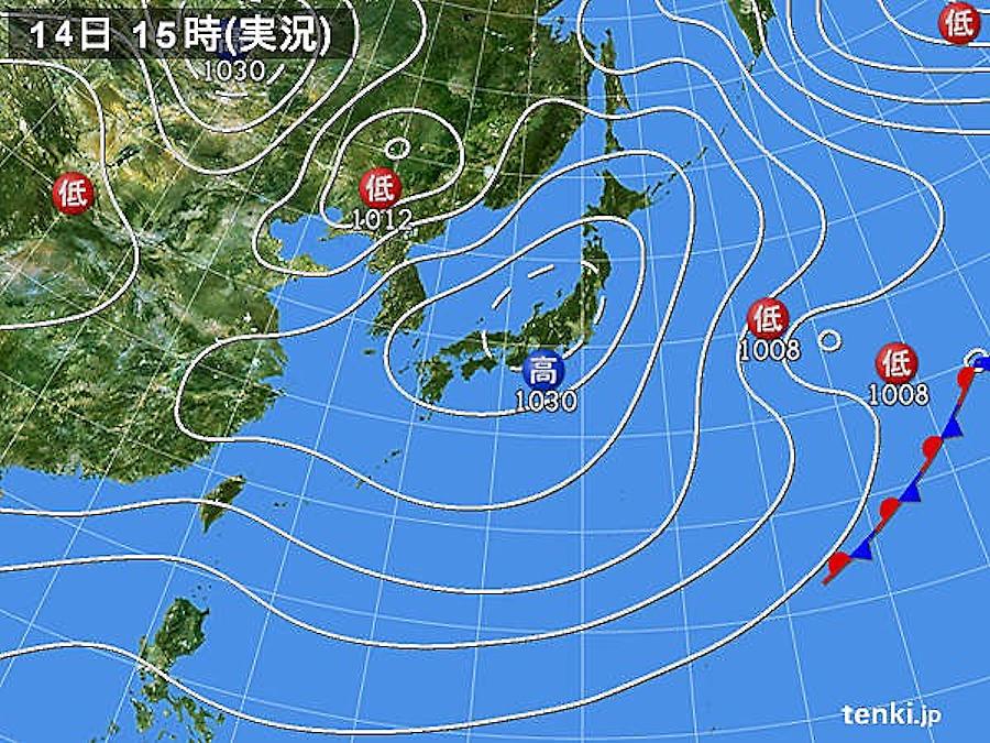 画像3。2018年1月14日15時の実況天気図。冬型の気圧配置が緩み、日本付近は広く高気圧に覆われ、穏やかな日となった。ただし、その数日後には画像4のように太平洋側で大雪となる。