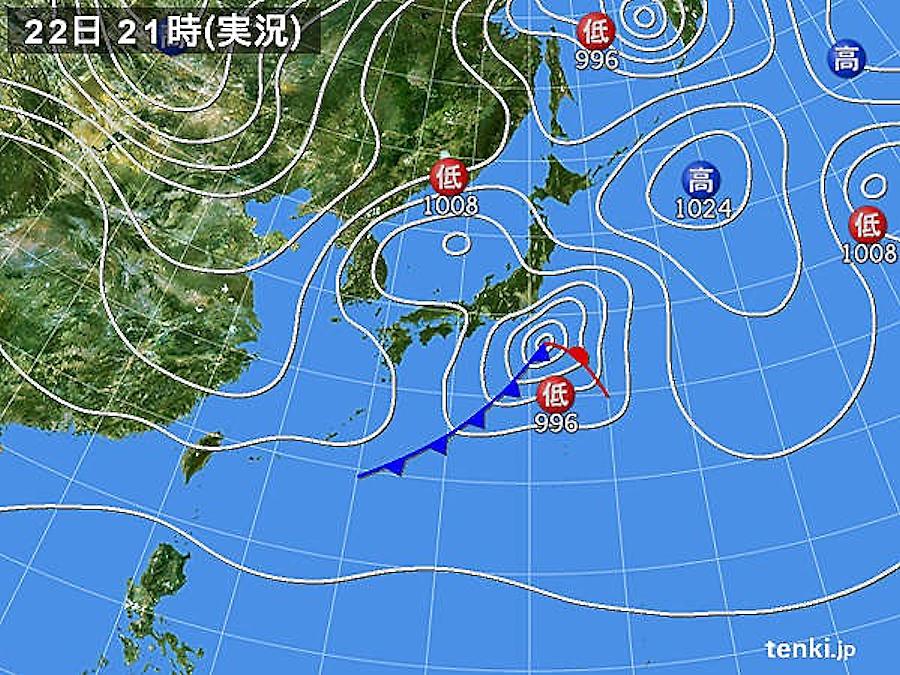 画像5。2018年1月22日21時の実況天気図。地上付近の気温が低くなっているところに、本州の南岸を低気圧が通過して降水があると、雨ではなく雪として降るため、普段雪の降らない関東地方や東北地方の太平洋側で大雪になる可能性がある。このとき東京では23cmの降雪量を記録した。