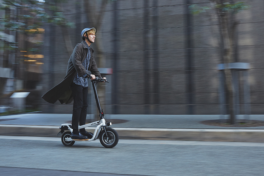 「X-SCOOTER LOM」は立ち乗りタイプの電動スクーター。