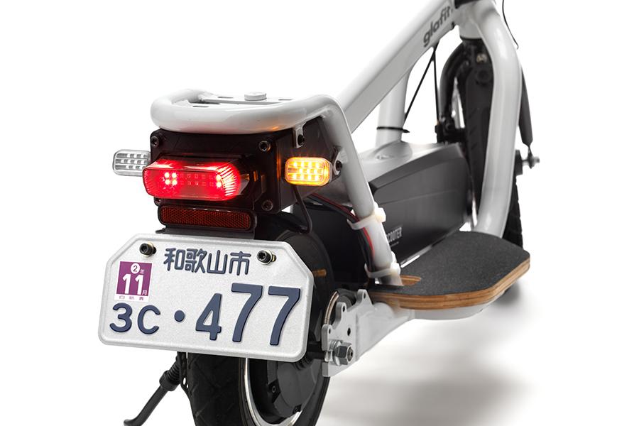 ヘッドライト、ミラー、ウィンカーなどの保安部品を全て完備する「X-SCOOTER LOM」。