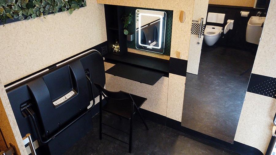 モバイルトイレの広い前室