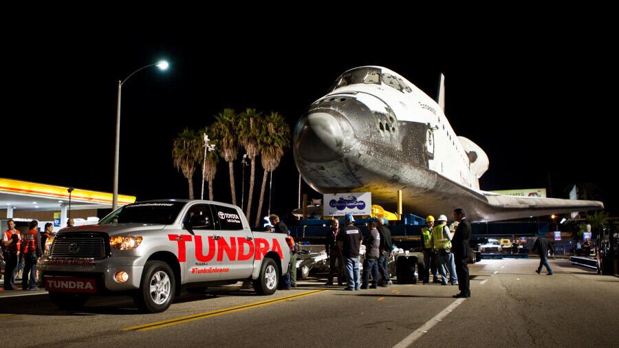 引退したスペースシャトルを牽引するトヨタの大型ピックアップトラック「タンドラ」。