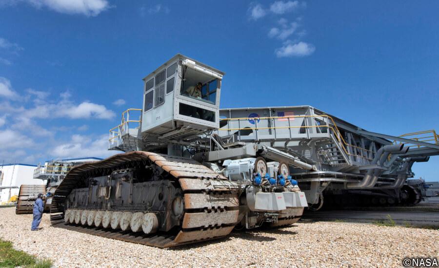 NASAのロケットをモバイル・ランチャー(移動式発射台)ごと運搬する「クローラー・トランスポーター」を運転席側(右側)から。