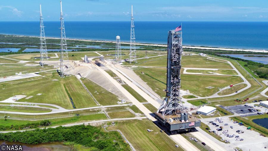 クローラー・トランスポーター2が、フロリダのケネディ宇宙センターにてモバイル・ランチャー(移動式発射台)を搭載して運搬試験を行っている様子。