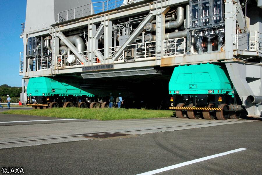 H-IIA/Bロケットを搭載した大型ロケット移動発射台は1000トンを超える。それをドーリーが下から2台でジャッキアップの要領で持ち上げて組立棟から射点まで運ぶ。