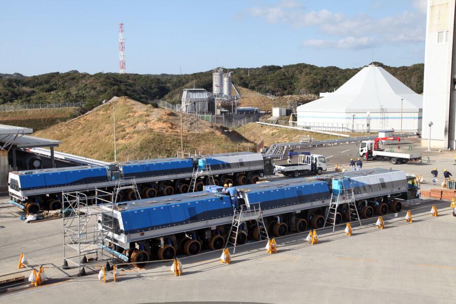 JAXAの大型ロケット移動発射台運搬車の新型2018年式を上方から。まさに列車のようである。