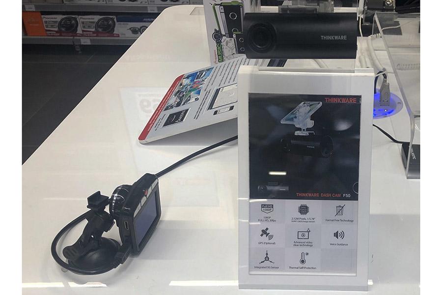 同じ店にて。左(59.95ユーロ。約7300円)は筆者が東京で購入した機種とブランドこそ違えど同じ商品だ。同じ工場で生産されているとみた。雑然とした置かれ方に、販売する側の気合の低さが感じられる。右は、また別の製品。