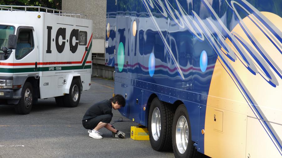 ODYSSEY|オデッセイ|ヒビノ|録音中継車|ライブレコーディング|トラック|ジャッキアップをするスタッフ
