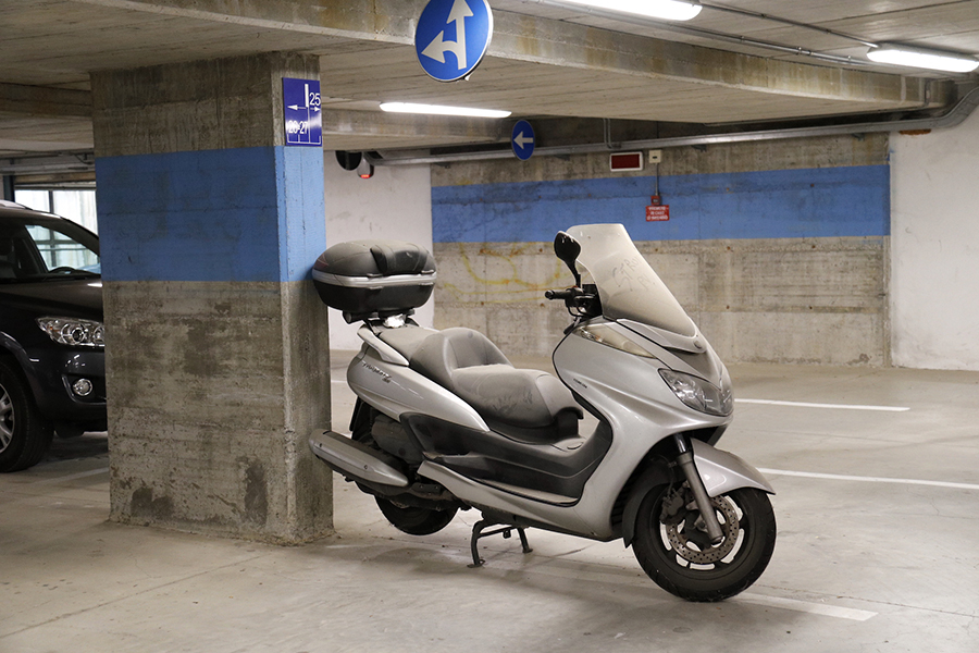 スクーターもある。公共駐車場に放置されたヤマハ・マジェスティ。