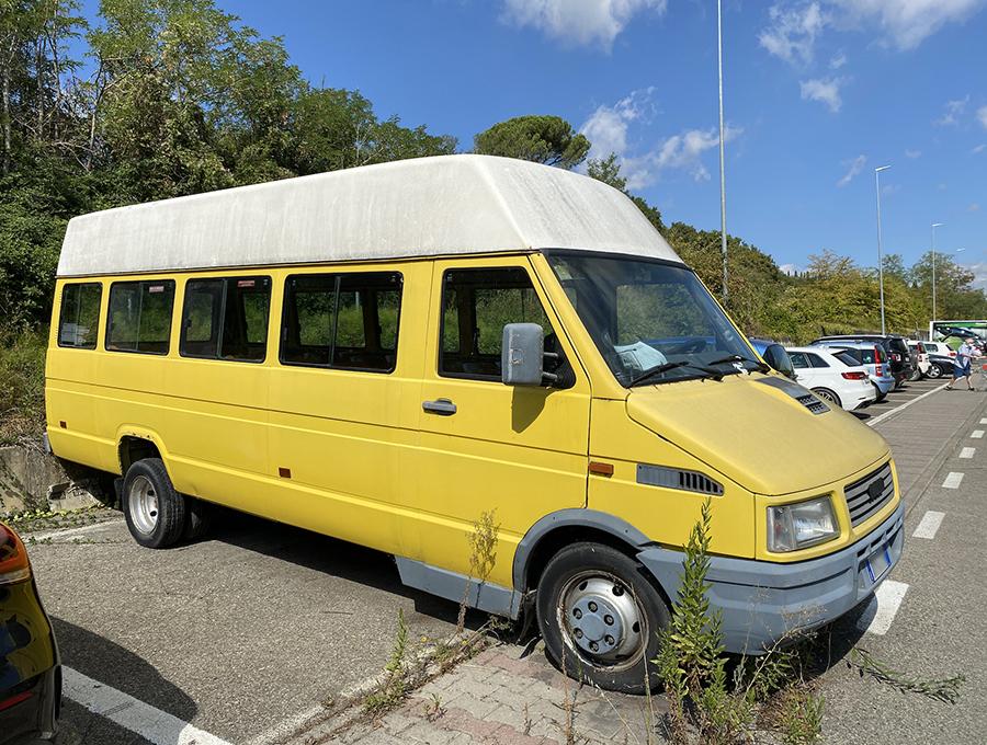 スクールバス。払い下げ車両を手に入れたものの、改造の目処がたたなかったか。