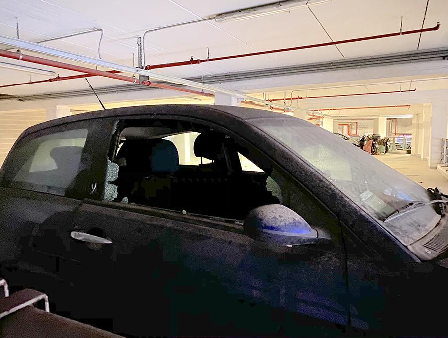 地下駐車場でガラスが割られたランチア・イプシロン。