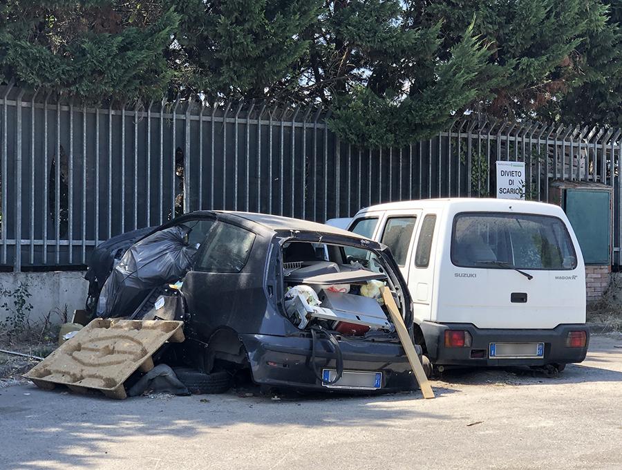 解体工場前に放置されたフィアット・プントとスズキ・ワゴンR+。奥には「不法投棄禁止」の注意書きがあるのだが。