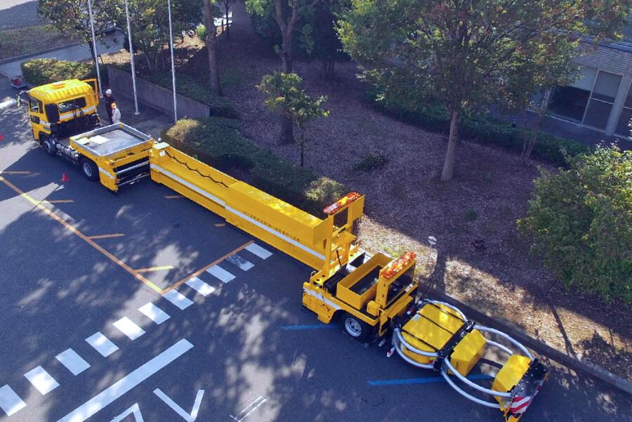 NEXCO中日本の「ハイウェイ・トランスフォーマー」の作業時の状態を上から。全長は23.4mまで延伸される。画像提供:NEXCO中日本