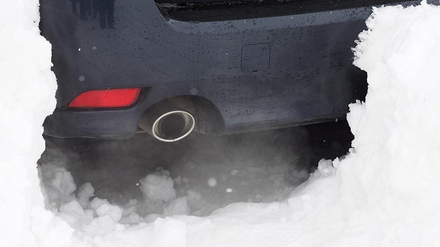 大雪|立ち往生|車中泊|一酸化炭素中毒|対策|除雪したマフラー周辺の様子