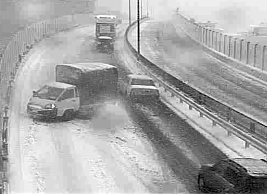 2014年2月に起きた、国道246号玉川高架橋での雪によるスリップ状況。画像提供:国土交通省