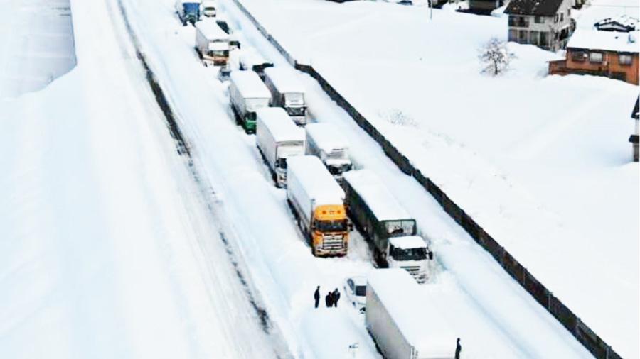 年末年始|大雪|天気|立ち往生|国交省|NEXCO東日本|関越道での立ち往生の様子