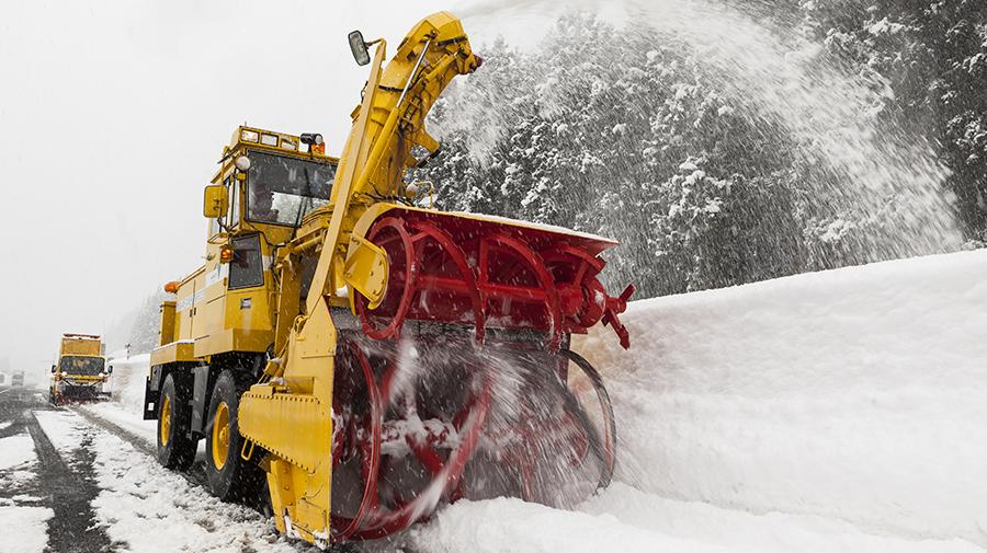 路肩の除雪を行うロータリ除雪車