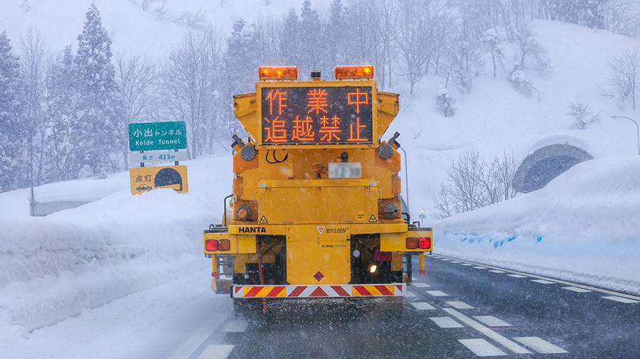 除雪や凍結防止などを行うNEXCO東日本の車両