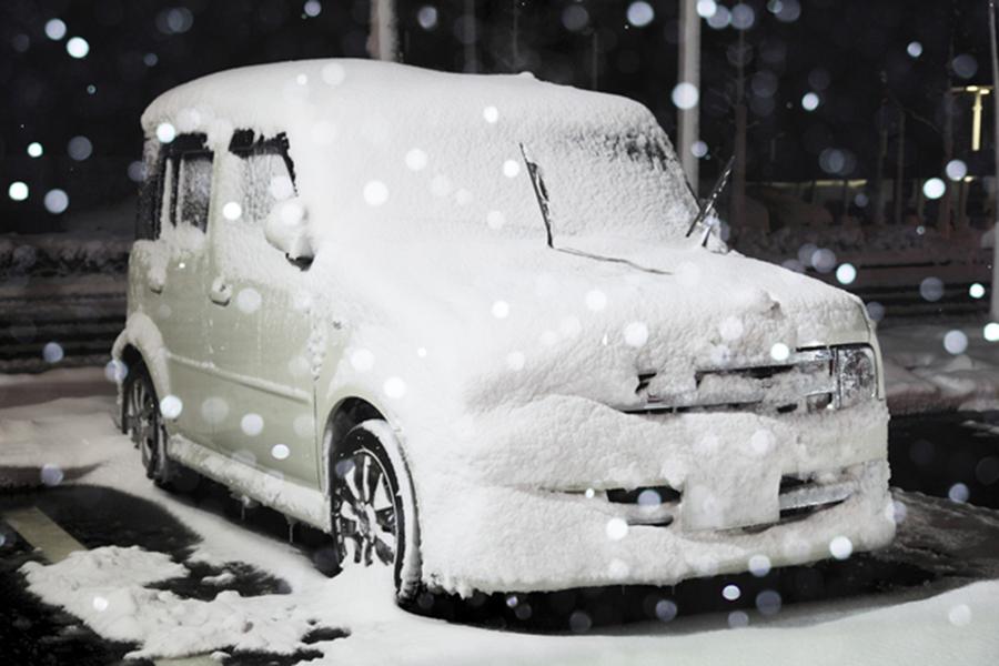 冬|車中泊|車内温度|防寒対策|雪に埋もれたクルマのイメージ