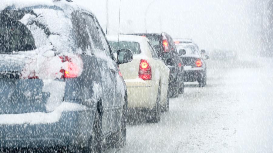冬|車中泊|防寒対策|車内温度|大雪の道路を走行するクルマのイメージ