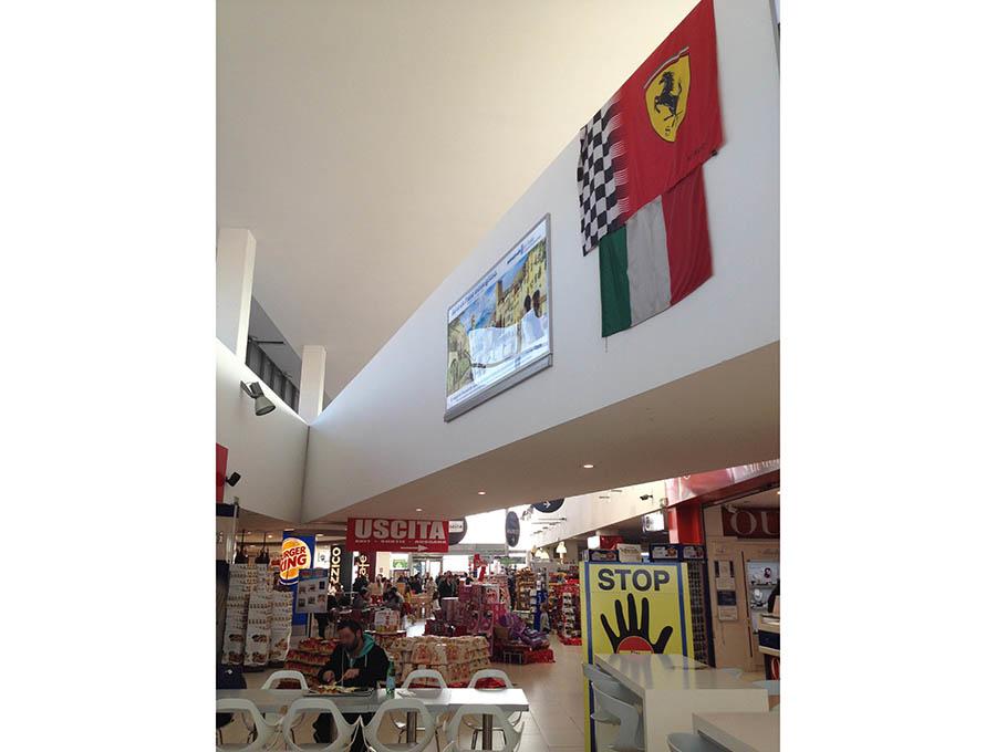 A1号線セッキア・エストSAの建物内。フェラーリのシンボル旗が常に掲げられているのは、モデナ郊外ならでは。
