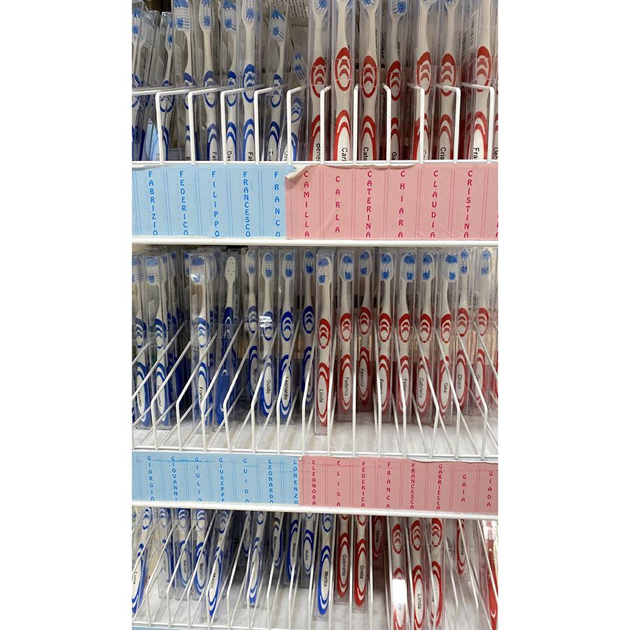 名前入り歯ブラシ。旅先の宿で、同室の仲間と取り違いを防止できる効果もありか。