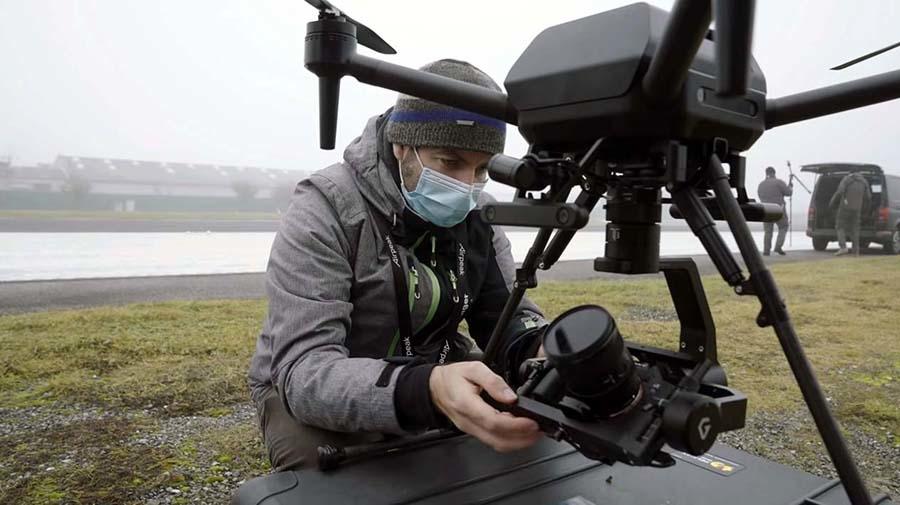 フルサイズ一眼カメラ「αシリーズ」とジンバルを組み合わせれば2kgを超える重量となるはず (出典:ソニー)
