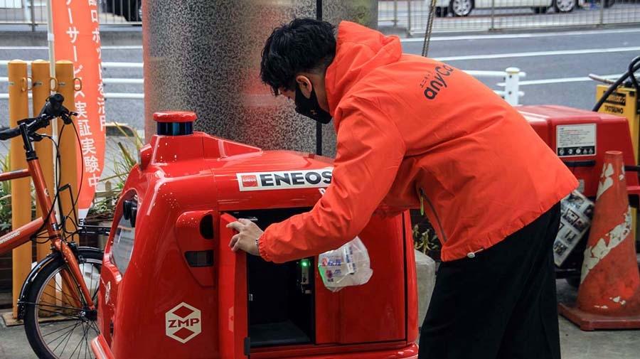 宅配ロボットの扉はエニキャリが用意したQRコードで扉を開き、注文品を納める