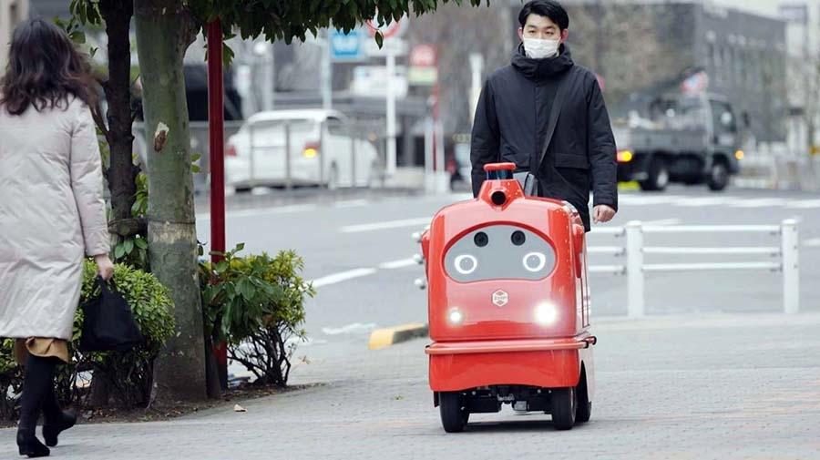 付き添い人を伴って歩道を走行するデリロ。人や障害物を自動的に避けて目的地へと自動走行する
