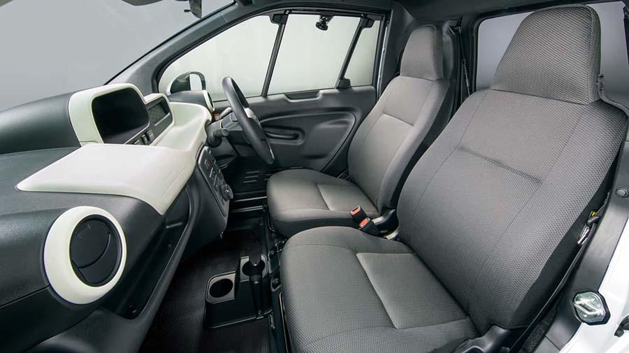 「C+Pod」の定員は2名。運転席/助手席共にエアバッグを標準装備した他、エアコンも装備する
