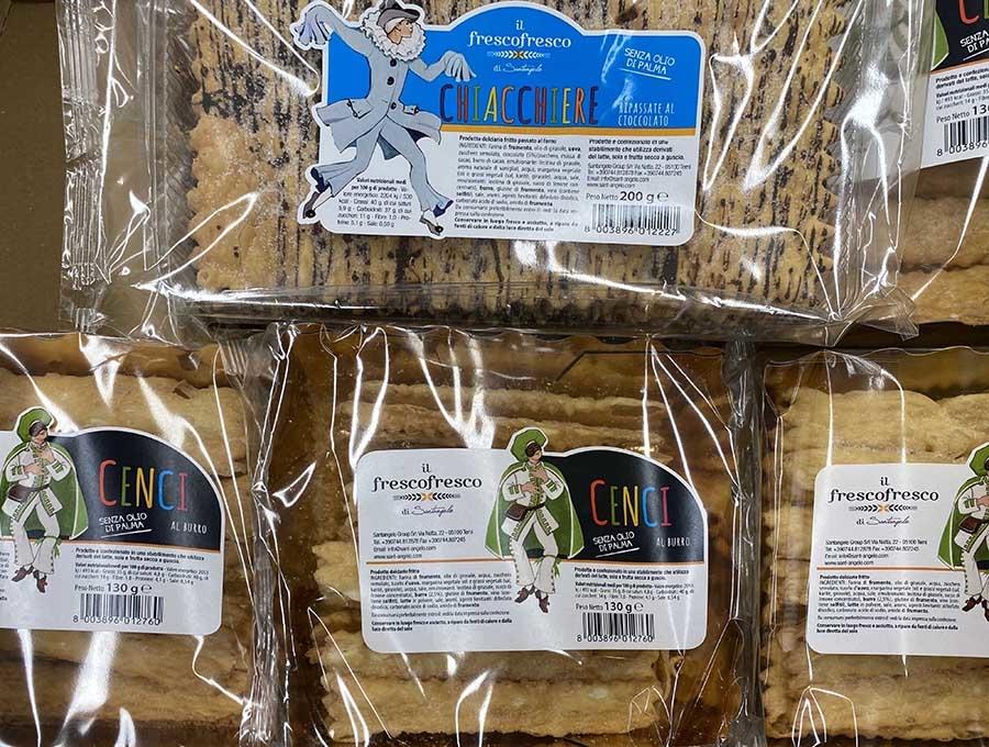 イタリアのカーニバル菓子には、ことごとくアルレッキーノの姿がプリントされている。2021年2月シエナにて撮影。