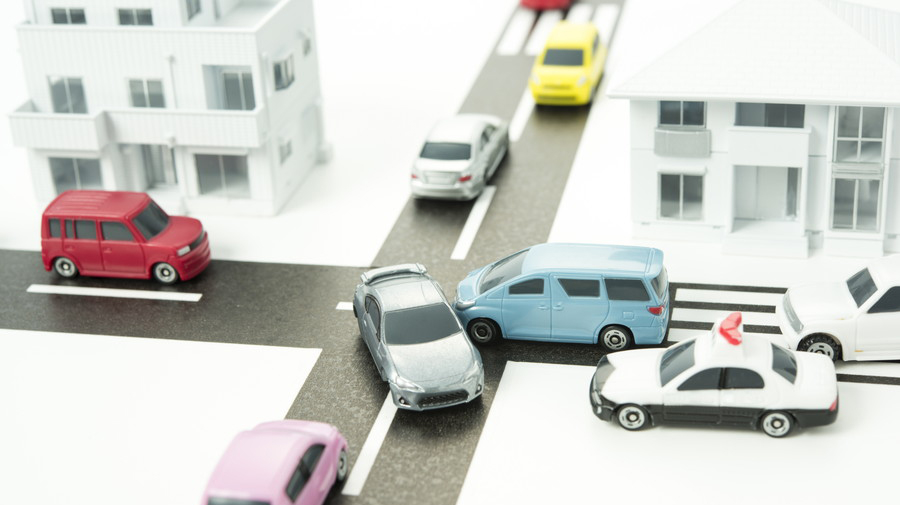 警察庁が発表した「令和2年における交通事故の発生状況等について」によると、死者数・重傷者数ともに前年よりも減少したことが明らかとなった。