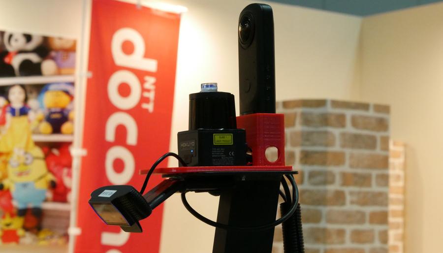 パーソナルモビリティ「WHILL Model C2」に搭載された、前方用カメラ、360度カメラ、GPS、赤外線センサー。