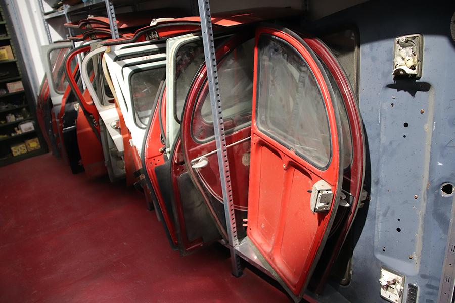 マッシモさんが営む古いフランス車部品ショップの倉庫にて。シトロエン2CVやルノー4のドアが並ぶ一角。