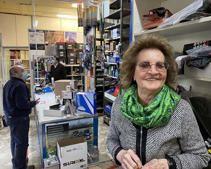 シエナ随一のカー用品店「トゥッタウト」の女将リーナさん92歳。今も毎日カウンターに立っている。