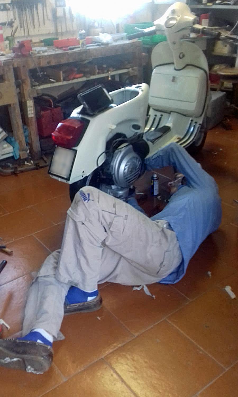 知人ファビオがベスパPXのレストアに奮闘中。(photo : Marcella Gazzarri)