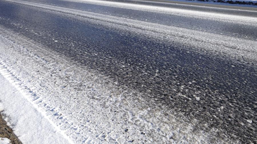 一見、ウェット路面のように見える「ブラックアイスバーン」