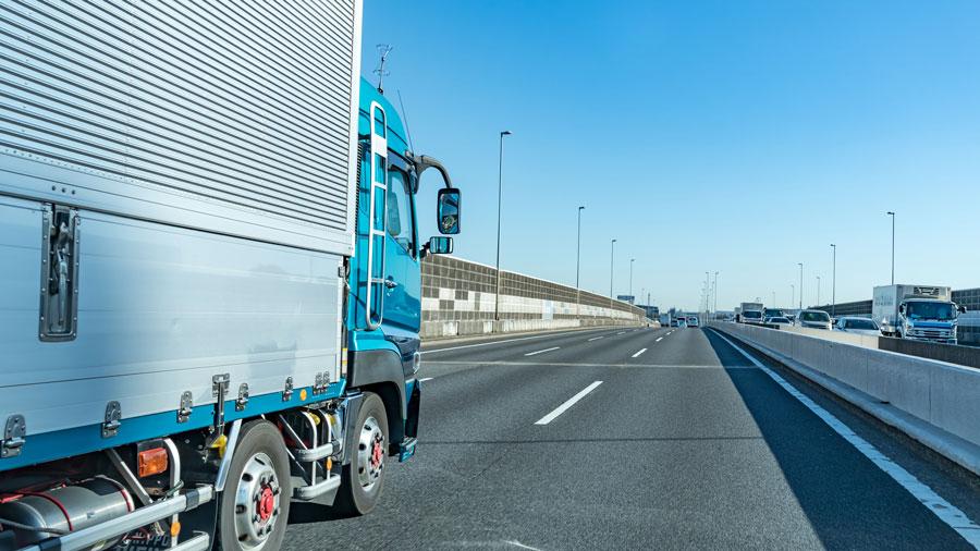 けん引自動車の高速自動車国道通行区分|特定の種類の車両の通行区分|道路標識|トラックのイメージ画像